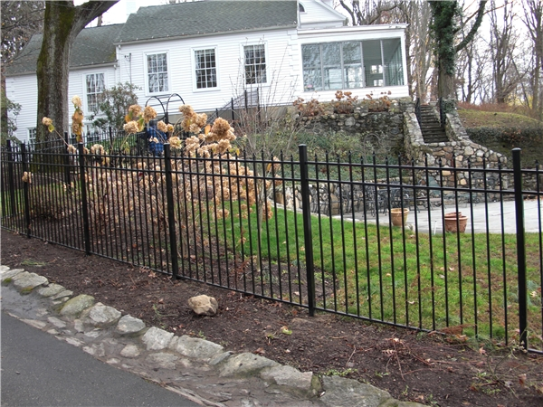 Staggered Picket Fence Westport